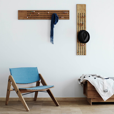 Komfort und Design mit der We do wood Scoreboard Garderobe, dem Komplett Lounge Chair und der Correlations Bench