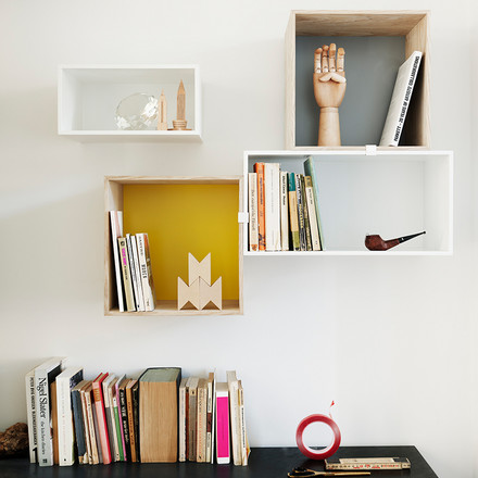 Muuto - Mini Stacked Regalsystem, Ambientebild mit Büchern