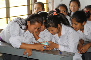 Kinder in einer grünen Schule